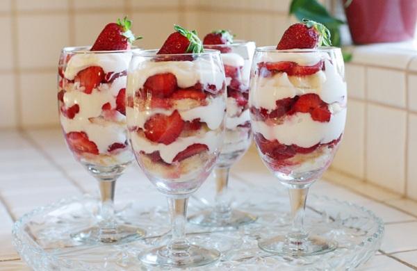 Десерт з полуницею та сиром
