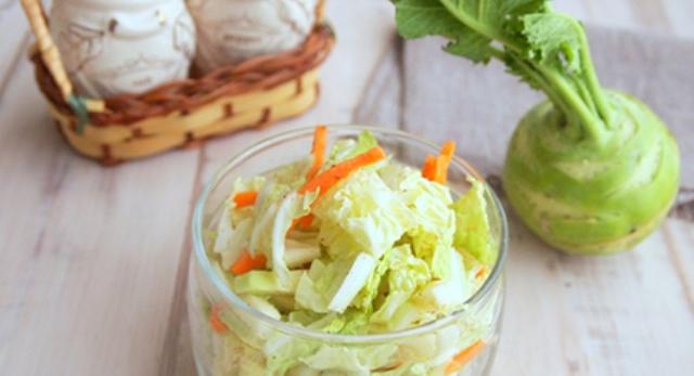 Дієтичний салат з кольрабі і пекінською капустою по корейськи