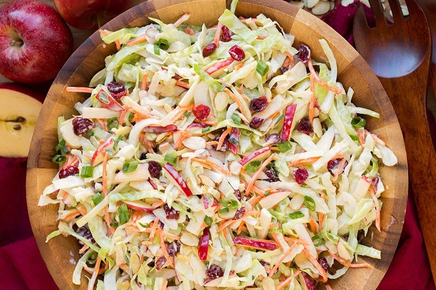 Капустяний салат з яблуками, журавлиною та мигдалем