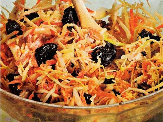 Капустяний салат з чорносливом і грецькими горіхами