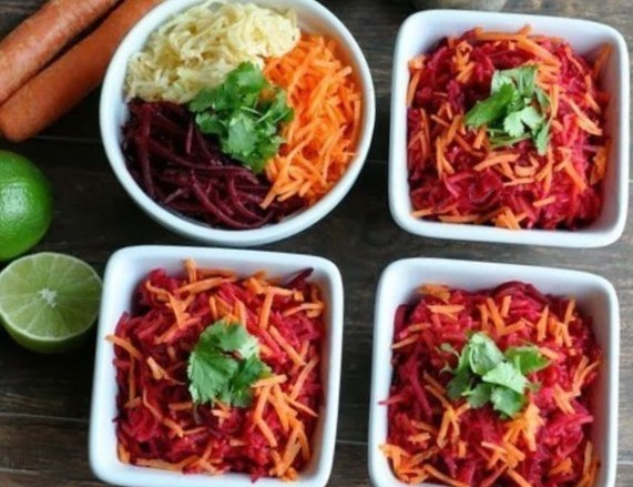 Очищаючий салат з яблука, моркви і буряка