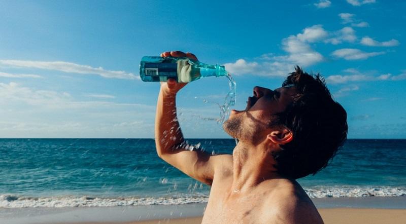 Як правильно пити воду в спеку