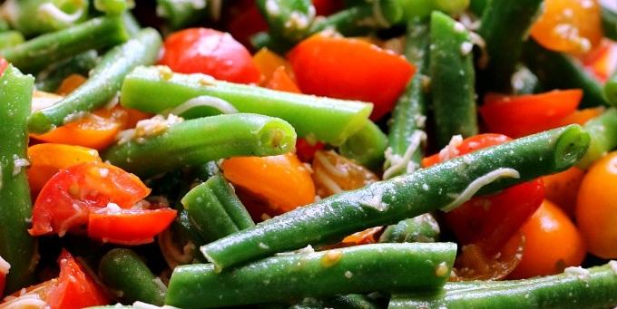 Салат з стручковою квасолею, запеченим перцем та помідорами