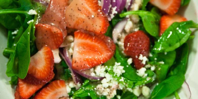 Салат з полуницею, шпинатом і сиром