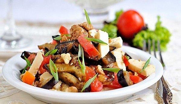 Баклажановий салат з помідорами, адигейським сиром і волоськими горіхами