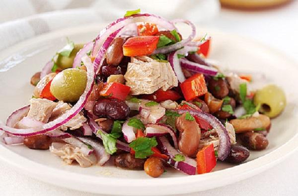 Салат з червоною квасолею та тунцем