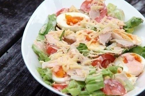 Салат з куркою, яйцем і помідором