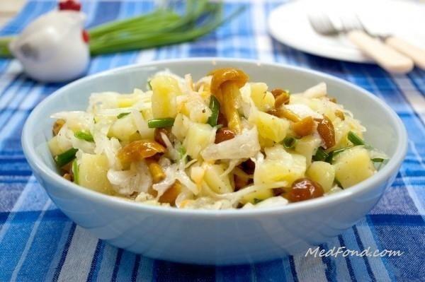 Салат з квашеною капустою і грибами
