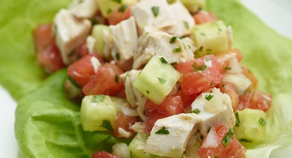 Салат з овочами, куркою та сиром