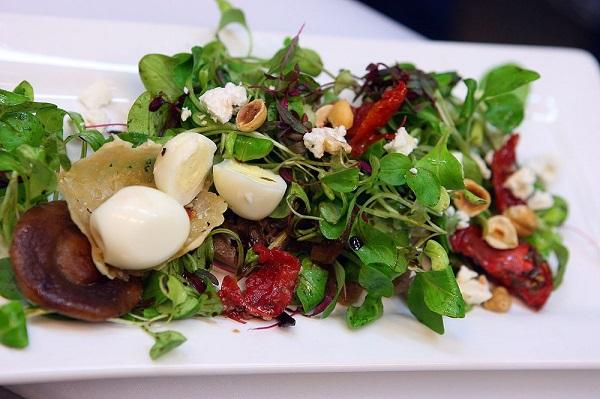 Салат з руколою, перепелиними яйцями та бринзою