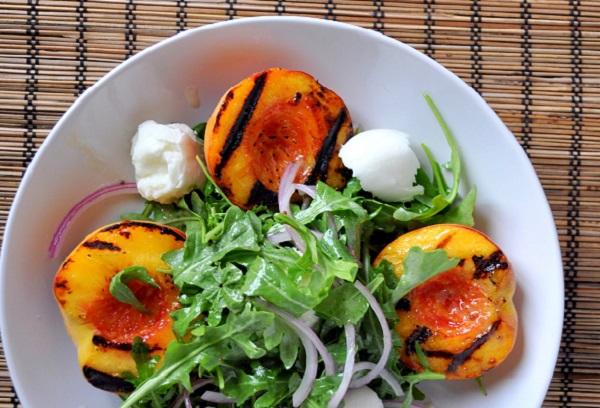 Салат з персиками та моцарелою