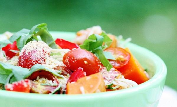 Салат з руколою, помідорами чері та кунжутом
