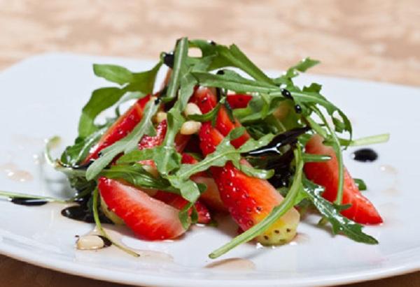 Салат з руколою та полуницями