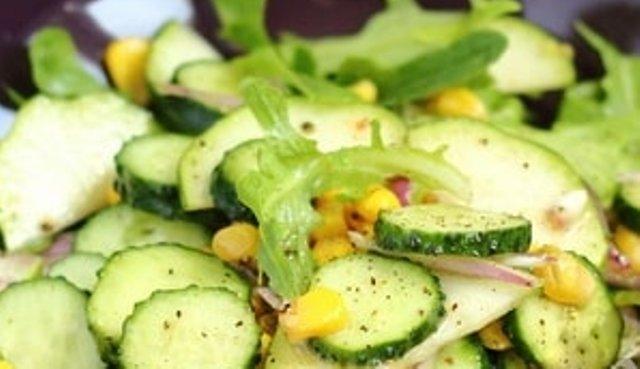 Салат з сирих  кабачків з огірками та кукурудзою