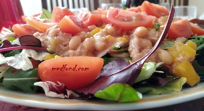 Салат з тунцем та листям салату