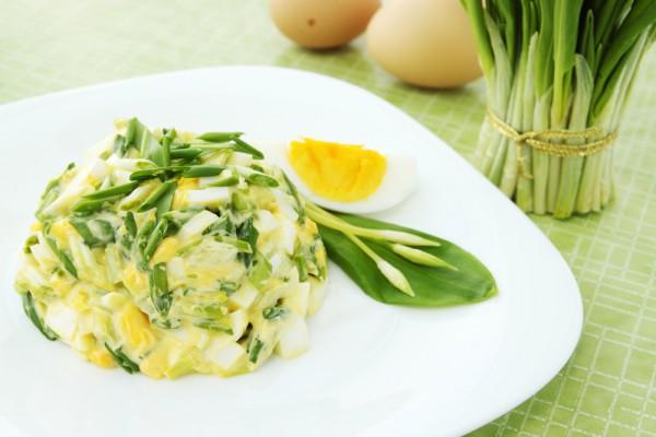 Салат з черемшею та яйцями