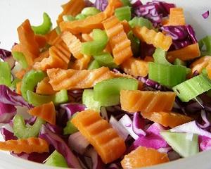 Очищаючий салат з червоної капусти, цибулі, стебел селери та моркви