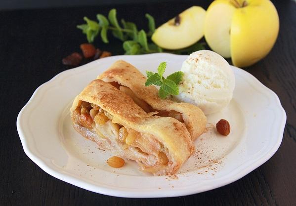 Корисний штрудель з яблуками, горіхами та родзинками