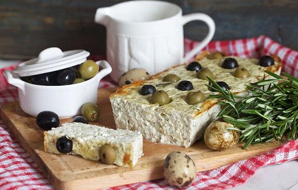 Сирна запіканка з маслинами та зеленню