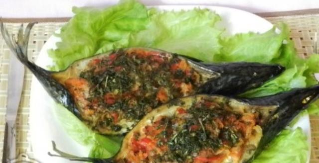 Скумбрія запечена в духовці з овочами