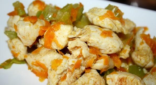 Соковита курочка з морквою та селерою