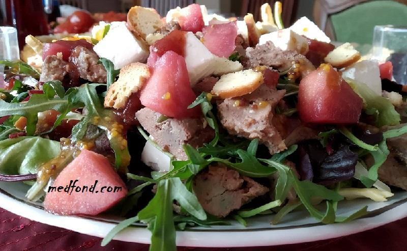 Теплий салат з печінкою та листям салату