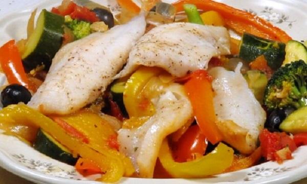 Тушкована риба з овочами