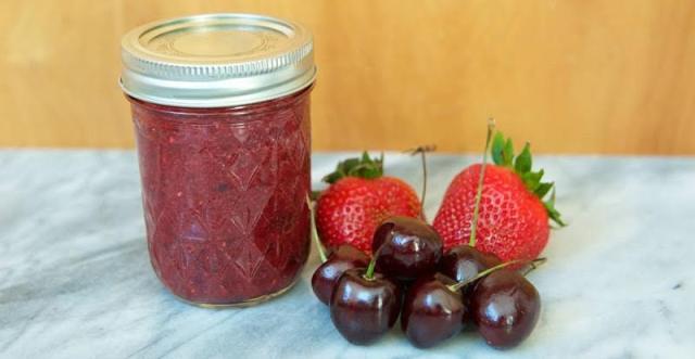 Варення з полуниці, вишні та насіння Чіа