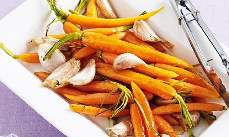 Молода морква тушкована з часником